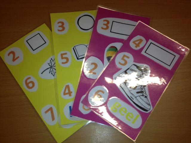 'Wiskundige geletterdheid' ontwikkelen: zoek in de klas de dingen op de kaart. Dus 4 rechthoeken, 5 schoenen, 6 gele dingen.