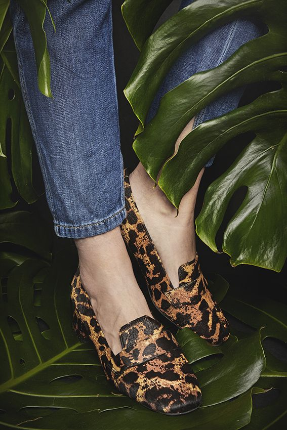 Du magst es extra extravagant? Die Leopardenslipper fallen nicht nur wegen ihres exotischen Musters sofort ins Auge, sondern sind mit dem Blockabsatz und der spitzen Schuhform ohnehin schon ein Hingucker. Dein Must-have für ganz besondere Outfits!