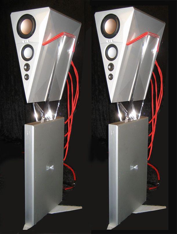 Omega Audio Concepts Soundwaves Micro sono diffusori da pavimento tra i più singolari, non solo per la forma e l'aspetto estetico globale, ma anche per la disposizione degli altoparlanti che, dall'alto in basso, sono in sequenza completamente invertita rispetto a tutti gli altri diffusori esistenti.