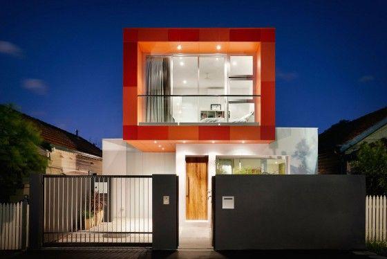 Fachada frontal de moderna casa de dos plantas