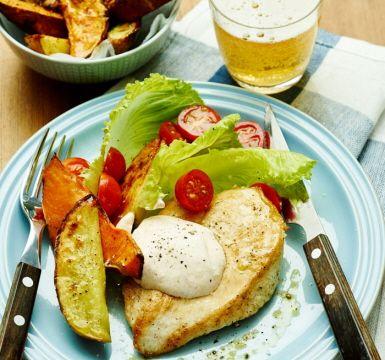 Den ungrostade sötpotatisen får en frasig och karamelliserad yta och är ett underbart tillbehör till den stekta kycklingfilén. Servera med en svalkande yoghurtsås gjord på krämig matlagningsyoghurt, spiskummin och paprikapulver och toppa med söta körsbärstomater och sallad.