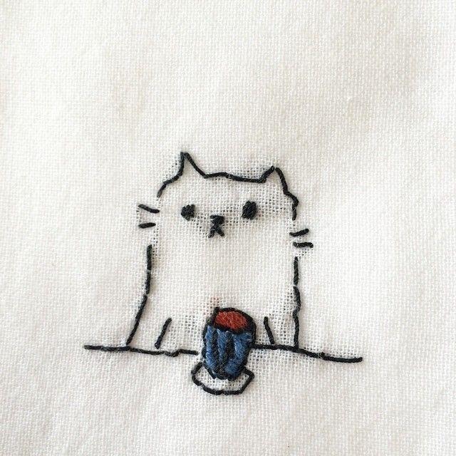 Маленькая вышивка на футболках
