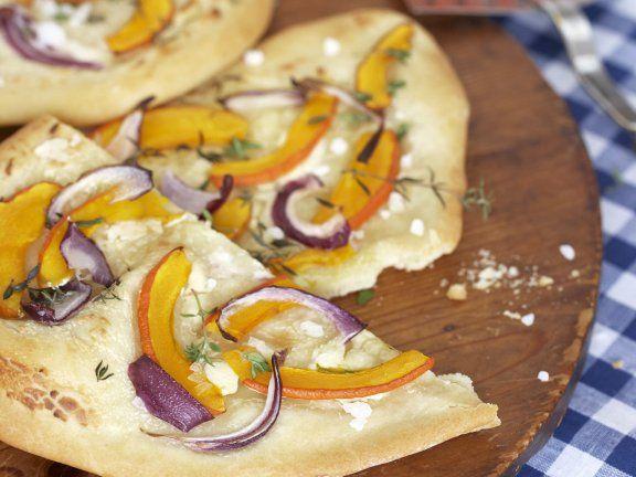 Rezept: Vegetarischer Flammkuchen mit Kürbis und Ziegenfrischkäse
