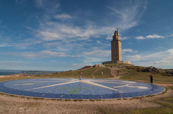 En A Coruña encontramos el faro más antiguo del mundo aún en funcionamiento. Se trata de la famosa Torre de Hércules, una preciosa edificación de 57 metros de altura situada en la península de la ciudad y cuya construcción se remonta a época romana (siglo I). Aún hoy es el tercer faro más alto de toda España...