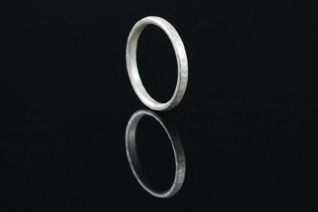 **Das Schmuckstück**  Hübscher schmaler schlichter Ring mit Hammerschlag. Alleine oder in der Gruppe ist dieser Ring ein treuer Begleiter für jeden Tag. Hinter einem Ehering, Schmuckring oder...