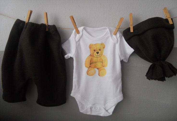 SET HNĚDÝ - MEDVÍDEK Hnědý set s medvídkem se skládá z bodýčka, kalhot, čepičky a šály. Velikost 62 (0-3 měsíce) Materiál - tmavě hnědý fleece, bavlněné body Body - decoupage - medvídek, velikost 0-3 měsíce Kalhoty - pas volně:38cm, ponechán přístup ke gumě, lze tedy i zvětšit, celková délka 32cm, šíře v nejširším místě 33cm, vhodné pro použití ...