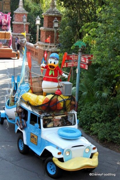 56 Must-Read Disney Dining Secrets -- like how to get THIS view of the #DisneyWorld Animal Kingdom parade from an air conditioned restaurant! #Disney