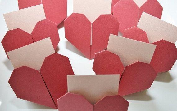 ❤-  20 bruiloft plaatskaarten.  Bruiloft Bridal douche plaatskaarten. Het huwelijk van bruids douche Escort Cards.Handmade.Origami Wedding.Paper Heart.Origami Heart.Wedding Decor. Plaatskaarten. Set van 20.  Perfect voor uw huwelijk / Bridal douche dag of enige andere partij! Laat de vieren!  -❤-  ❖ Kleur: metallic bloom en naakt  ❖ Materiaal: fijn papier en liefde  ❖ ca. maatregelen: Hart: 2 1/2  (6.5 cm) X 2 1/2(6.5cm) Kaart: 1 3/4(4.25cm) X 2 1/4  (5,75 cm)  ❖ Gem...