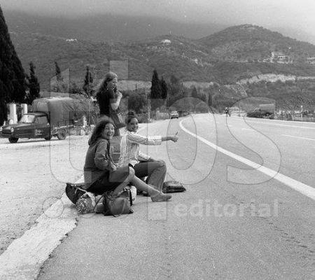 Δείτε μία παλιά φωτογραφία από την παραλία του Ύψου με τρεις χαρούμενες τουρίστριες, τη δεκαετία του 1970, όταν ξεκίνησε να ανθίζει ο τουρισμός στην Κέρκυρα.