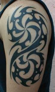 tatuaż tribal na ramie