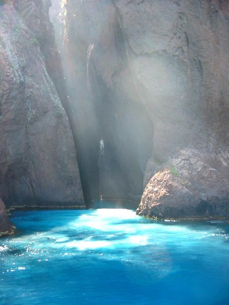 Il semblerait que la #Corse n'a pas fini de nous donner envie de vacances ! Photo de Scandola en Corse. #Corsica #vacances
