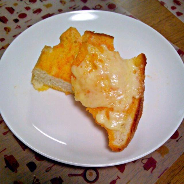 鶏のチーズトマト炒めのソースの残りをパンに浸してチーズをのせたらピザトースト風で美味しかった!にんにくのいい臭いがしてました~ - 6件のもぐもぐ - ある日の昼ごはん、ピザトースト風 by sakuraimoko
