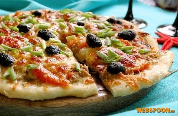 Пицца с тунцом  Пицца с тунцом имеет своеобразный вкус и аромат — очень аппетитный, рыбный. Тунец и моцарелла выкладываются поверх лука, что дает возможность использовать его в сыром виде. Начинка при выпечке «сливается» в один вкусный слой.  Для приготовления пиццы можно брать консервированный тунец как измельченный, так и кусочками, но затем размятый вилкой. В любом случае сок или масло нужно слить, лучше всего будет откинуть содержимое баночки на ситечко.