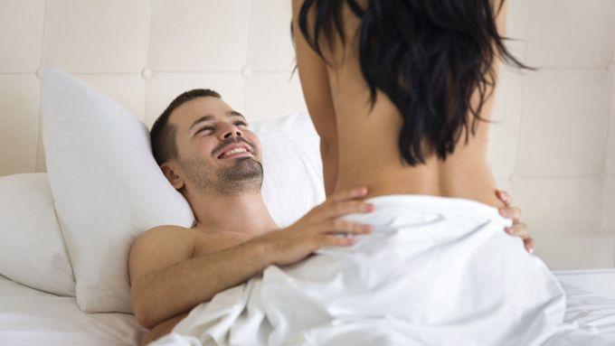 ¿Deseas volar en la cama? Haz la posición sexual del helicóptero