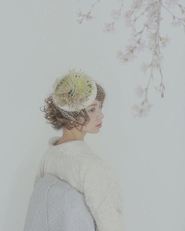 ボタニカルなヘッドドレスが桜の雰囲気とマッチ♡ 白無垢に合う春らしい髪型まとめ。