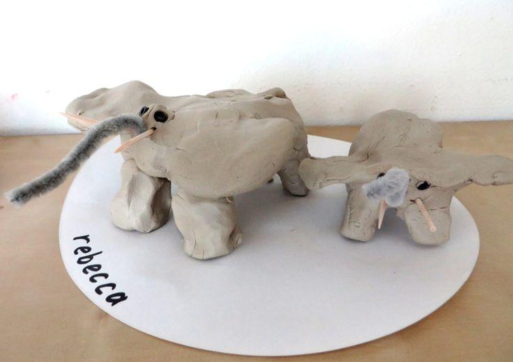 Olifant knutselen met klei, prikkertjes, kraaljes en chenilledraad 2, thema dierentuin, kleuteridee.nl , Preschool elephant craft.