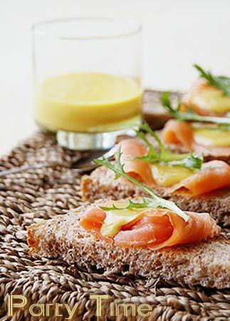 Tartine di salmone affumicato con mostarda al miele