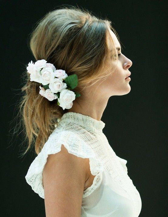 Flores blancas y mucho glamour para un recogido simple