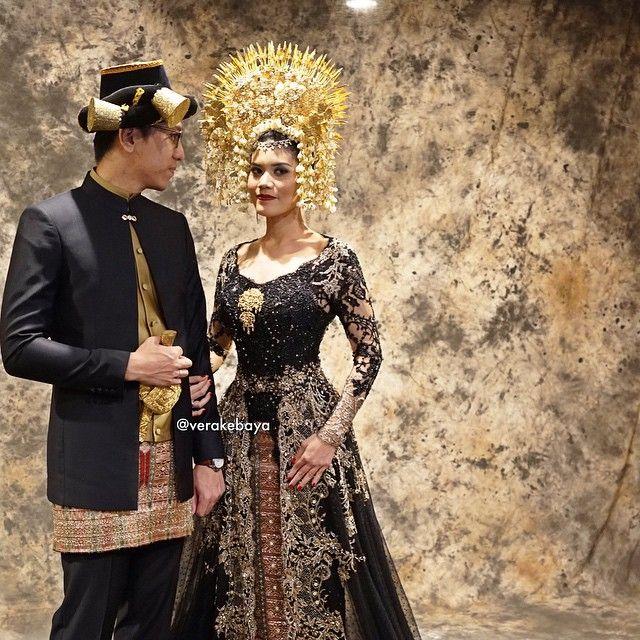 Perpaduan dua budaya Mandailing dan Minang...I❤️INDONESIA #weddingday #bride #minang #mandailing #indonesiawedding #FanyDaud ___ Pengantin : @fanynasution & @muhammad_daud Make up : @marlenehariman Sunting : @desiskandarwedding Kebaya : @verakebaya Lokasi : Menara 165 ___