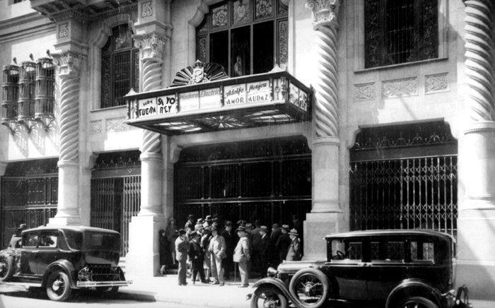 El TEATRO REAL, construido en 1930. Frente a la plaza de armas, como uno de los primeros biógrafos y centro de eventos de Santiago. Hoy es utilizado como tienda de la cadena Hites. (Fuente www.procultura.cl)