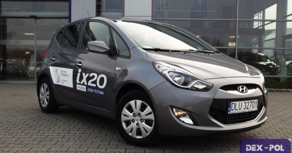 """Samochód demonstracyjny z przebiegiem, rok produkcji 2013 oferowany przez autoryzowanego dealera Hyundai w Lubinie.  Hyundai ix20 1,6 CVVT benzyna (125KM) Comfort  Kolor: Grafitowy """"STEEL GRAY"""" (METALIK) Wnętrze: Ciemne   http://hyundai.lubin.pl/oferta/ix-20-hatchback/12"""