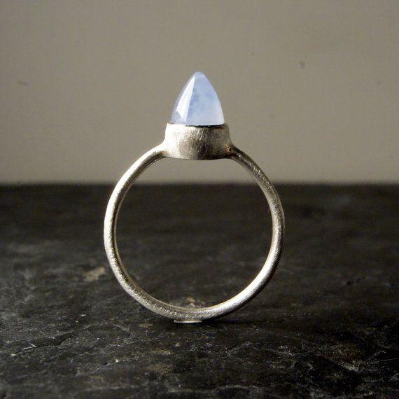 Un proiettile di calcedonio bella lavanda è stato avvolto in lunetta dargento sottile foglio di argento solido e poggia tra una banda di argento. Lintero
