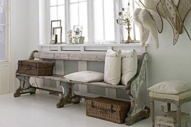 Старая деревянная скамейка в прихожей