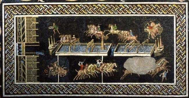 Mosaico romano representando una carrera de carros en el Circo, primera mitad del siglo II d. C., Museo Arqueológico de Lyon. La superficie del largo muro axial (spina), alrededor del cual giraban los carros, está formada aquí por dos estanques de forma rectangular llenos de agua, en los que vierten agua siete delfines. Ocho cuadrigas participan en la carrera, correspondientes a las cuatro facciones existentes entonces.