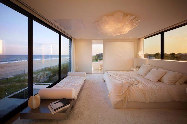 La suite principale avec ses grands murs vitrés, la belle vue sur la plage et la splendide salle de bains privative