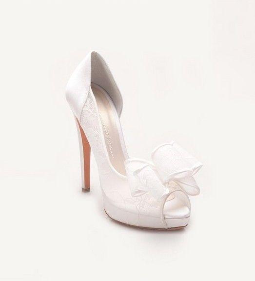 El lazo decora la parte delantera del zapato de novia