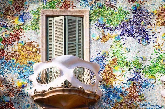 🌂 Aunque las probabilidades de lluvia hoy son altas en #Barcelona, no dejes de venir a la Casa del agua. La Casa Batlló con una fachada donde la espuma del mar se combina con los colores de los discos cerámicos vidriados y el trencadís multicolor te espera, alza la mirada para disfrutar de esta joya modernista! 🌂 Tot i que les probabilitats de pluja avui són altes en #Barcelona, no deixis de venir a la Casa de l'aigua. La Casa Batlló amb una façana on l'escuma de la mar es combina amb els…