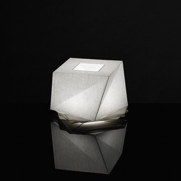 Descrizione prodotto IN-EI ISSEY MIYAKE realizzata da Artemide è una collezione di lampade a sospensione, da tavolo e da terra; le loro ombre create usando principi matematici, in 2 o 3 dimensioni, sono percorse da sottili e bellissime sfumature luminose.Quando non vengono utilizzate possono essere conservate piegate. Hakofugu Micro lampada da tavolo: 1x6W LED (E14) - 2700K, 470lm