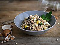 L'insalata di riso selvatico con gamberi e frutta secca è una soluzione raffinata per pranzo, resa ancora più buona dal tocco esotico della salsa di soia.