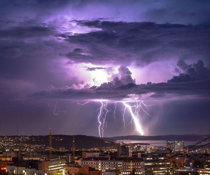 <p>INFERNO: Kraftig lyn- og tordenvær over Oslo, tatt i juli i fjor sommer. Juli står for om lag halvparten av alle lynnedslagene som skjer årlig, ifølge SINTEF.<br/></p><p><br/></p>