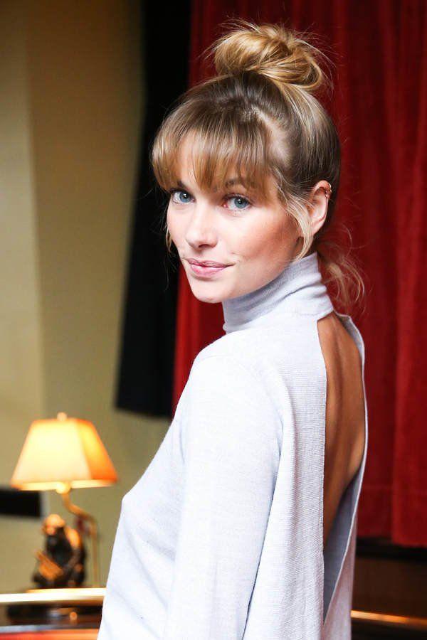 Feminin und modern präsentiert sich das australische Model Jessica Hart mit neuer Ponyfrisur. Der Pony wird vom Deckhaar aus geschnitten, wodurch die Frisur insgesamt etwas kompakter wirkt. Die blondenHighlights und der lässige Dutt machen die Trendfrisur perfekt!Noch mehr Klassiker wie Dutt oder Chignon hier: Hochsteckfrisuren 2015