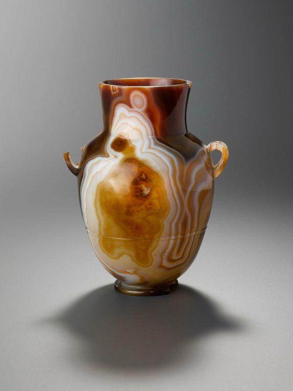 Le «Vase Dashkov», vase à anses en sardoine, probablement Rome, Ier siècle apr. J.-C.  © Galerie J. Kugel