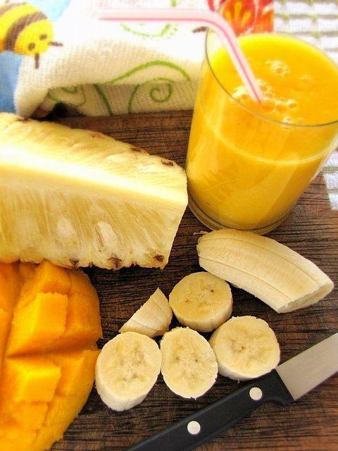 Os smoothies fazem parte do café da manhã aqui em casa. Todo dia, faço uma mistura de frutas, suco e, às vezes, iogurte no liquidificado...