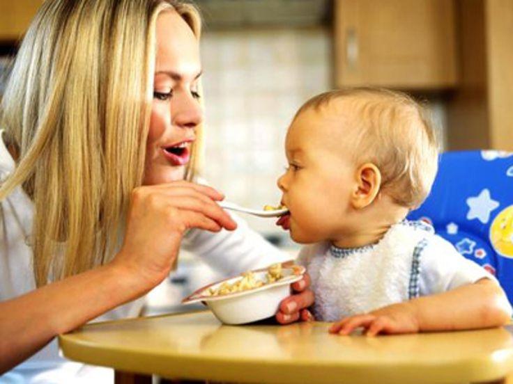 Bébé mange des céréales
