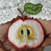 Купить или заказать Колье вязаное 'Жизнь шиповника', вязаные цветы, цветочное эко-колье. в интернет-магазине на Ярмарке Мастеров. Изысканное украшение с цветком шиповника. Бесконечный путь красоты от нежного бутона до созревших ягод. В основе листьев, плодов и бутона скрыт проволочный каркас, поэтому у Вас есть возможность располагать веточки относительно стебелька-лариата по своему усмотрению. Колье связано крючком из тонкой мерсеризованной хлопковой пряжи естественных оттенков, расш...