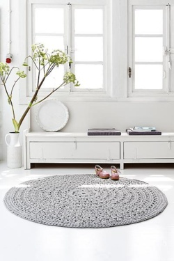 Must make my own rug one of these days!  It needs to be circular and crocheted.  This might be perfect ♥.