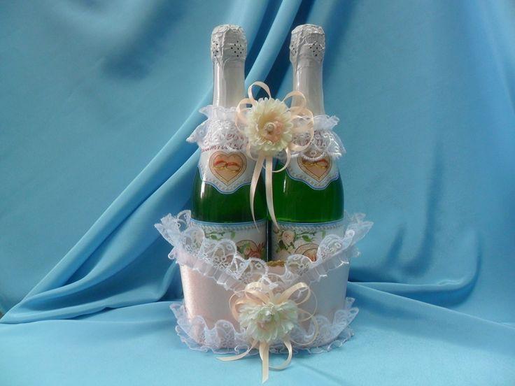 Корзинка  ручной работы для 2-х бутылок шампанского выполнена  из атласа персикового цвета с кружевом белого  цвета. Декорирована цветком хризантемы,персиковыми лентами и жемчугом. Цена: 560 руб.#свадьба #корзинка #шампанского #атлас #кружево #персиковый #хризантема #soprunstudio