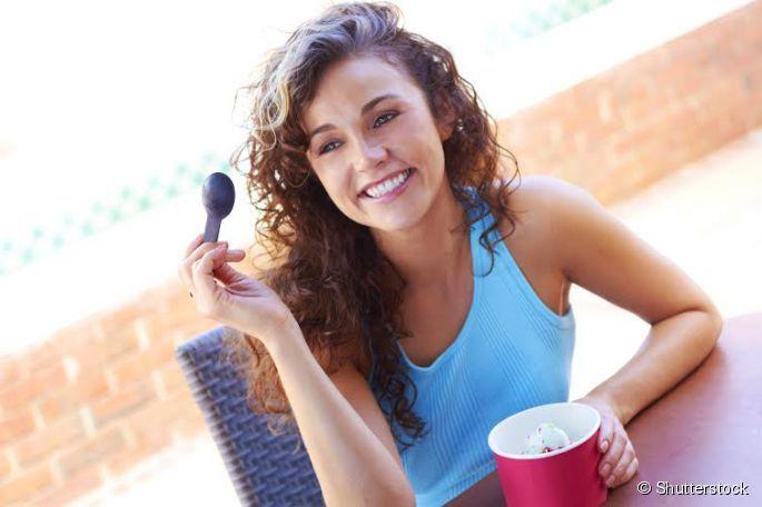 Iogurte grego ou Iogurte natural: Qual a melhor opção para a sua dieta? Se a ideia é não ingerir muita gordura, a melhor opção é ficar com o iogurte natural desnatado, que possui apenas 0,6g de gorduras totais por porção