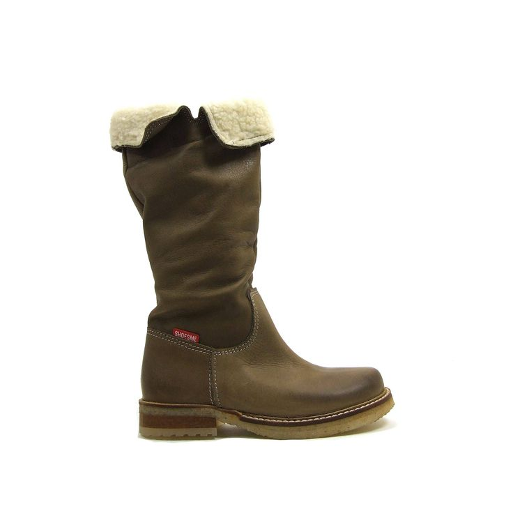 Lange meiden laarzen van Shoesme met extra dikke crepe zool. De laarzen zijn van soepel leer zodat ze bij het dragen nonchalant en speels afzakken. De bovenkant van de schacht heeft een bont randje wat omgeslagen is. Je kunt dit randje ook gewoon omhoog dragen. In de binnenkant van deze leren meiden laarzen een lange ritssluiting die je bovenaan vast kunt zetten met een klittenband. De stiksel zijn in een lichtere afwijkende kleur.