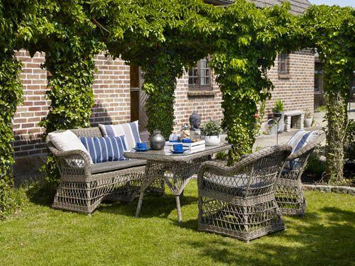 Polly – Mindre soffgrupp i glesvävd konstrotting. Bord med glasskiva. Utemöbler, trädgårdsmöbler, Outdoor furniture.