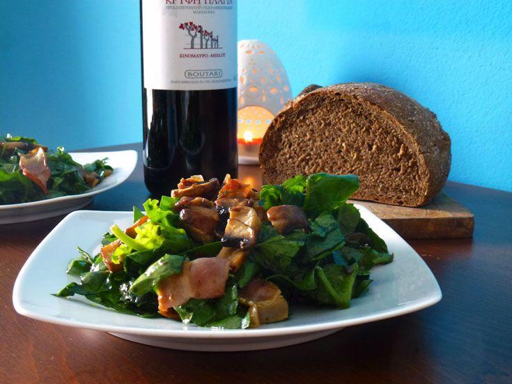Spennende salat med mye godt i, inkludert metaxa (eller cognac), bacon, hvitløk, oregano og sennep. Intet mindre enn en symfoni av smaker!God på mezedesbordet, eller som en lunsj med brød til. Opp…