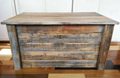 Coffre de rangement qui peut aussi servir de banc for Meuble avec bois de grange