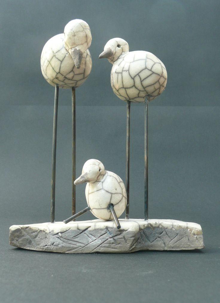 Keramiek (zoals aardewerk, steengoed en porselein) is een materiaal dat noch een metaal noch een polymeer is.