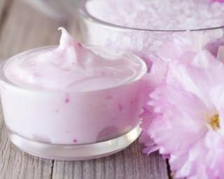 Crème hydrante pour les mains fleurs de cerisier : http://www.fourchette-et-bikini.fr/recettes/recettes-minceur/creme-hydrante-pour-les-mains-fleurs-de-cerisier.html