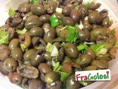 Olive verdi schiacciate in salamoia