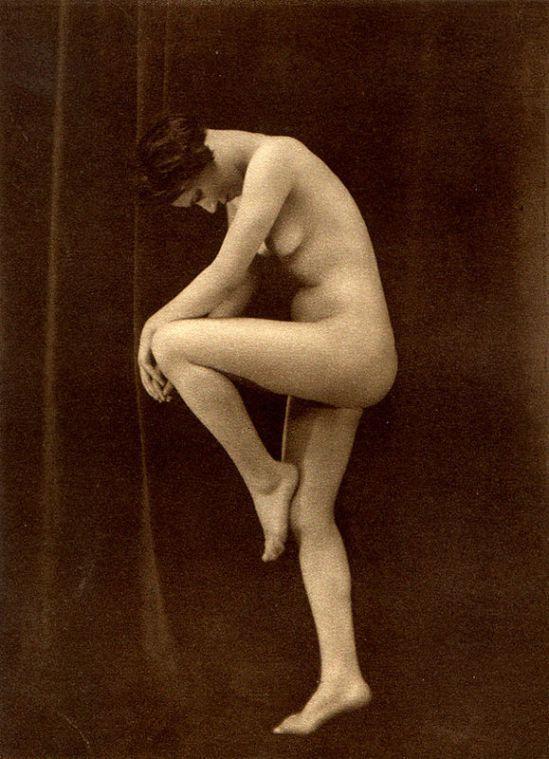 From La Beauté de la Femme6. Album du Premier Salon Internationale du Nu Photographique Paris. Daniel Masclet 1933
